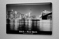 Blechschild Dave Butcher schwarz weiß Foto USA New York Brooklyn Bridge Nacht Skyline Manhattan 20x30 cm